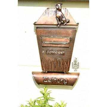 Briefkasten mit Zeitungsrolle und Hund / Kupfer